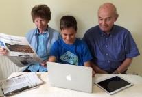 Kind mit Tablet und Großeltern