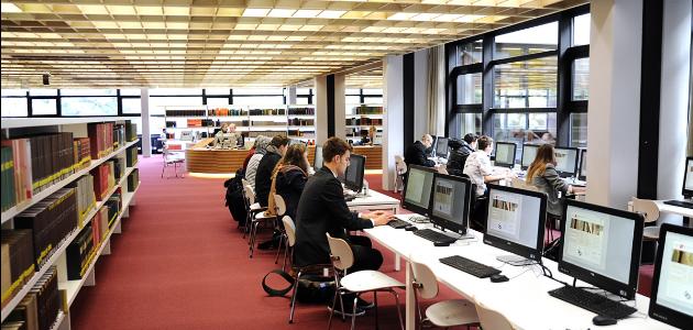 Computerarbeitsplätze in der Bibliothek