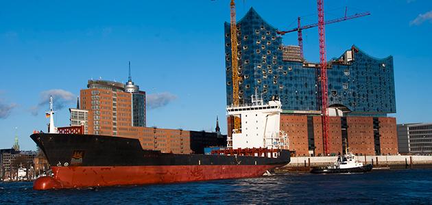 Bild von einem Schiff vor der Elbphilharmonie
