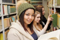 Junio-Studierende in Bibliothek