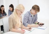 Schüler arbeiten mit Smartphone.