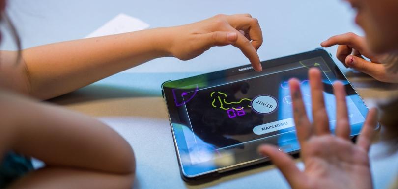 Tablet mit gestikulierenden Händen