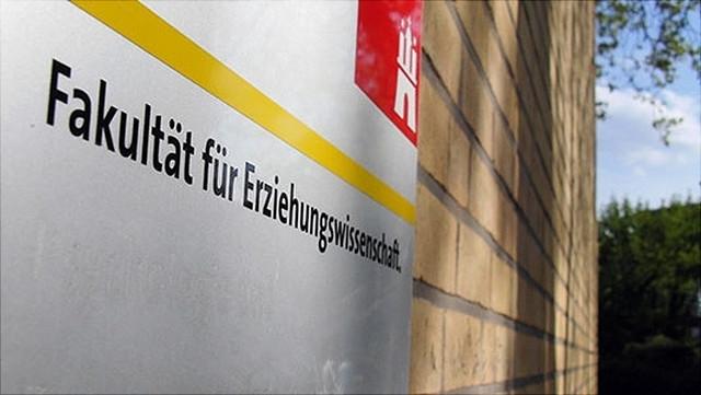 Schriftzug Fakultät für Erziehungswissenschaft auf Gebäude