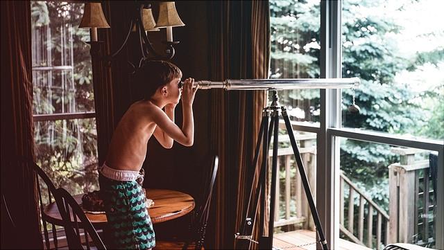 Junge mit Fernrohr
