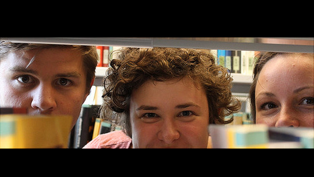 Bild von Studierenden in der Bibliothek