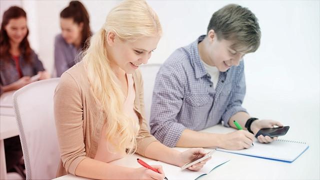 Schülerin und Schüler nutzen Smartphones im Unterricht.