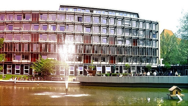 Gebäude VMP 8 mit Teich und Springbrunnen
