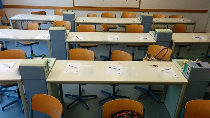 Tische im Klassenzimmer