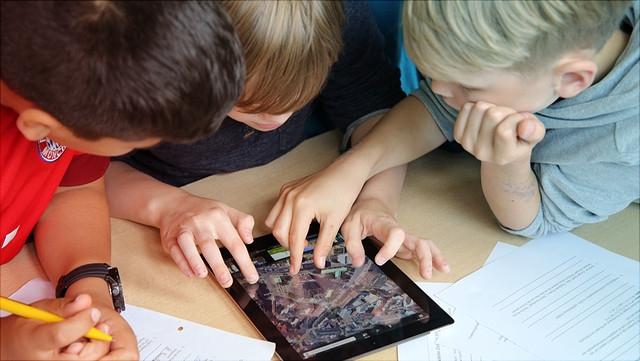 Grundschulkinder am Tablet