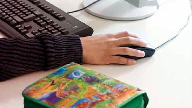 Hand an Computermaus mit Federtasche