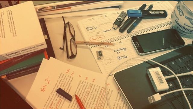Arbeitsmaterialien auf dem Schreibtisch