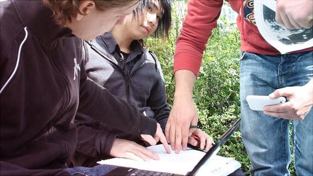 Schüler besprechen ihr Projekt.