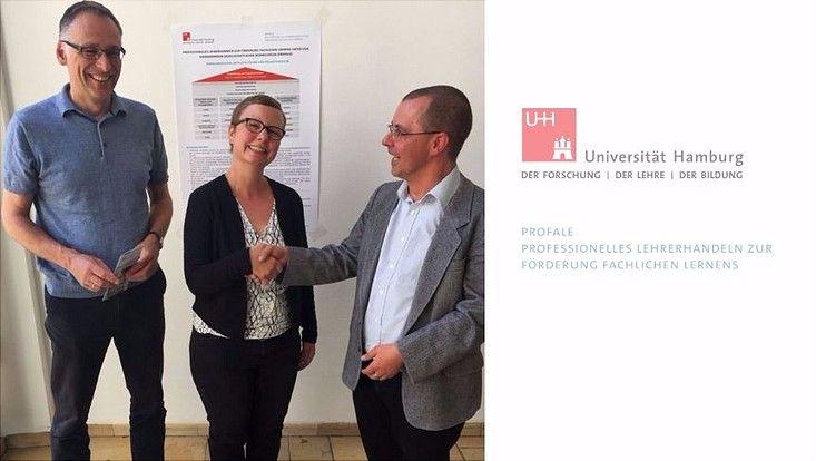 Die Kollegin Frau Saure der Stabstelle Gleichstellung übergibt Hr. Grommes und Hr. Herzog vom ProfaLeprojekt die Mobile Spielekiste im Foyer der MBA 58/60