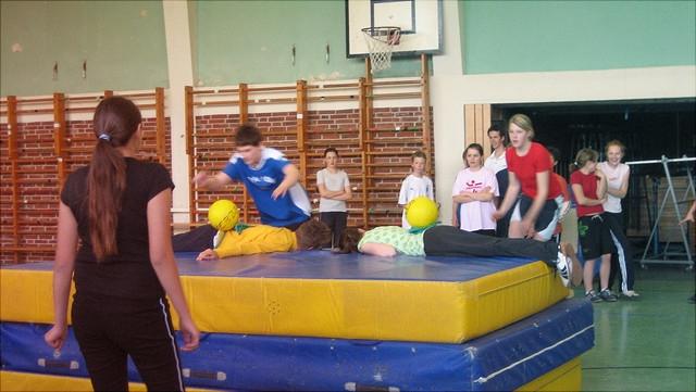 Schüler beim Sportunterricht mit Weichbodenmatte