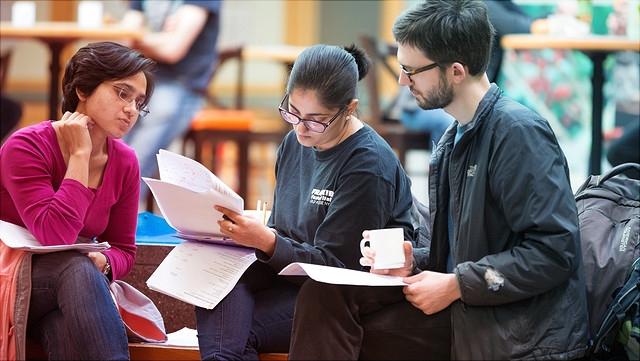 Studierende in Sitzgruppe mit Arbeitsblättern