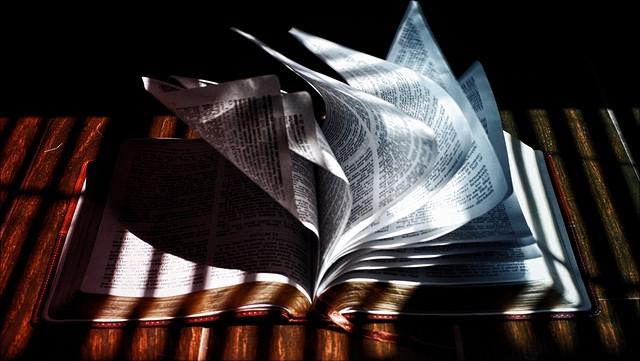Wind blättert durch altes Buch.