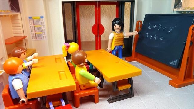 Playmobilfiguren beim Matheunterricht