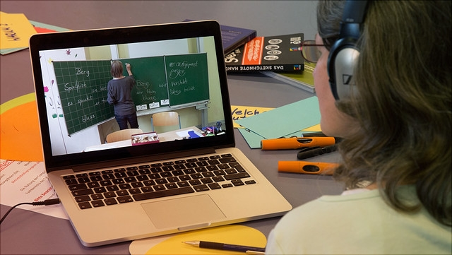 Studierende betrachtet Unterrichtsvideo.