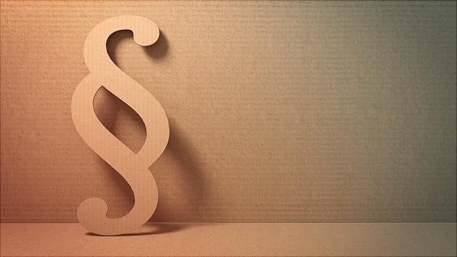 Paragraphenzeichen aus Pappe