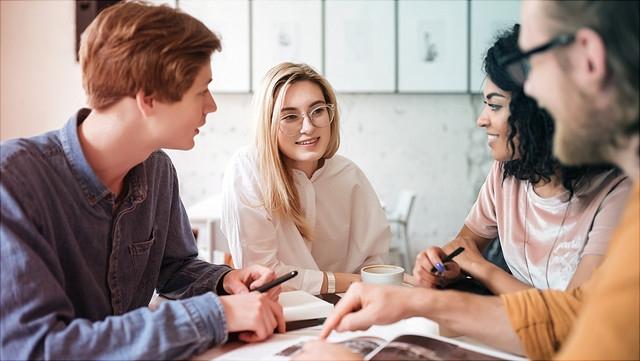 Oberstufenschüler bei Gruppenarbeit