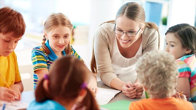Junge Lehrerin mit Grundschülern
