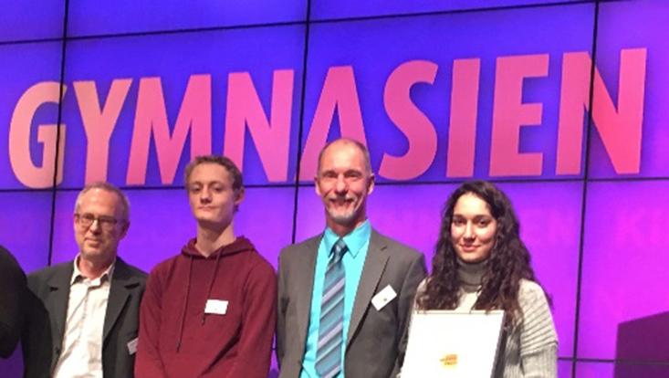 Preisträger des Hamburger Bildungspreises: Peter Stender (2.v.r.) und Mathelehrer Helmut Springstein mit Schülern des Gymnasiums Süderelbe