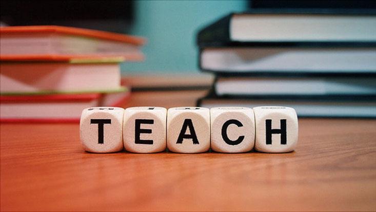 """Würfel mit der Aufschrift """"Teach"""""""