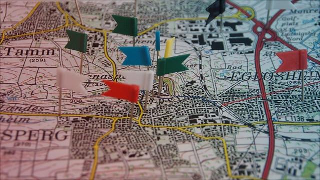 Fähnchen in einer Landkarte