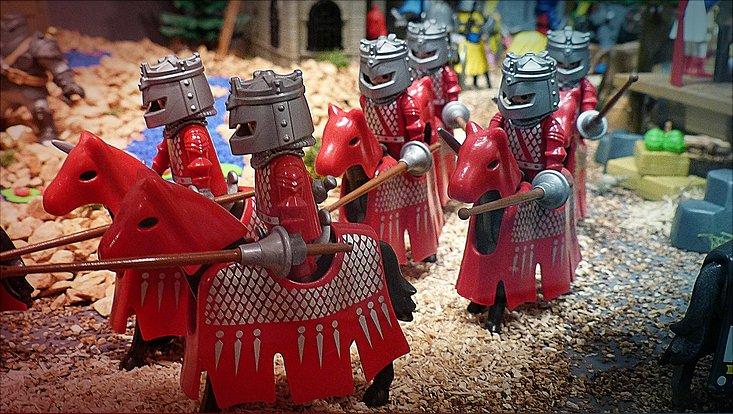 Armee aus Playmobil-Figuren greift an