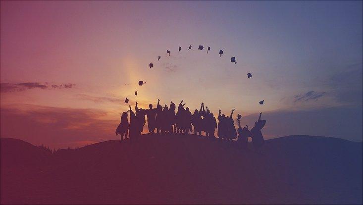 Absolventen werfen ihre Hüte hoch