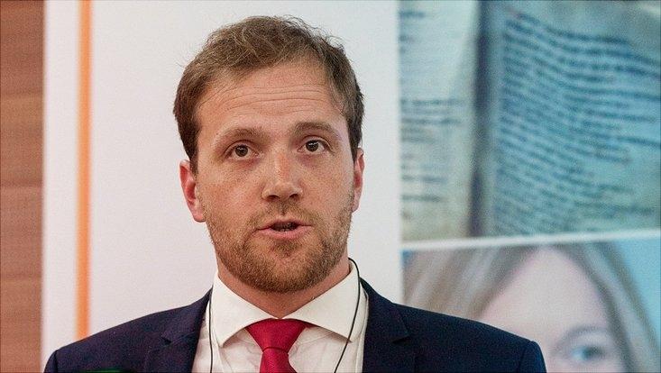 Tobias Schroedler hält Vortrag auf Konferenz.