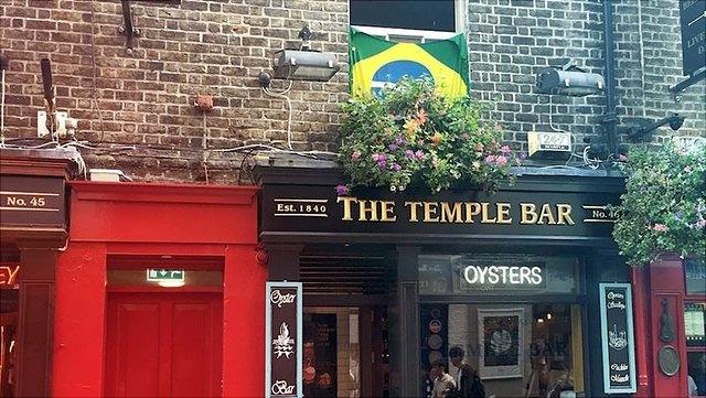 Brasilianische Flagge über einem Pub in Dublin