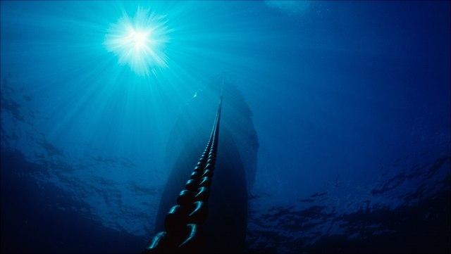 Kette führt im Wasser aufwärts Richtung Sonne.
