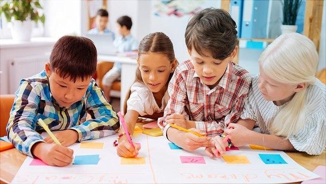 Kinder zeichnen gemeinsam.