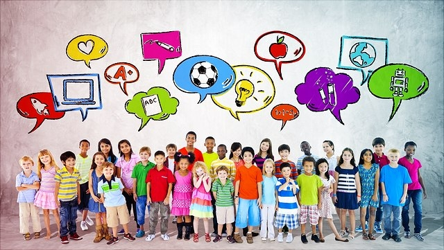 Viele Kinder mit Sprechblasen