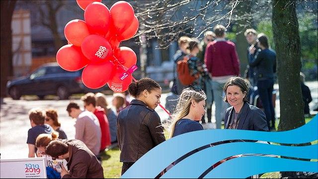 Jubiläumsfoto der UHH mit roten Luftballons