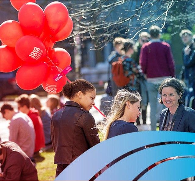 UHH-Bild zum Jubiläum mit roten Luftballons am Campus