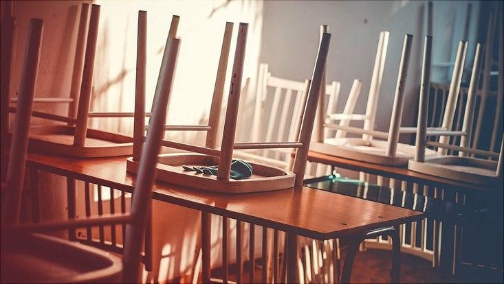 Klasse Stühle hochgestellt Schulschluss