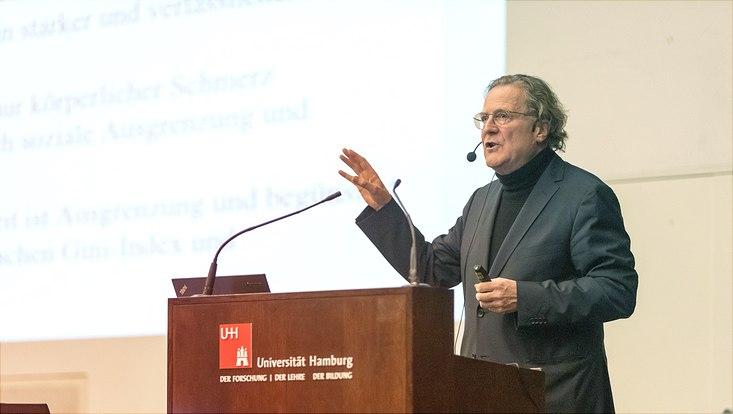 Professor Bauer in seinem Vortrag an der Universität Hamburg.