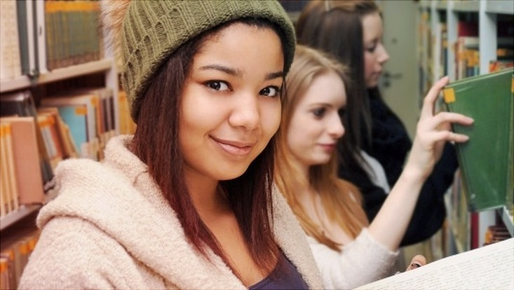 Drei Schülerinnen in der Bibliothek