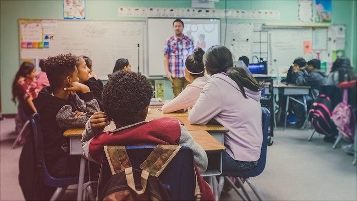 Herkunftssprachlicher Unterricht in einem Klassenzimmer