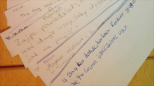 Fächer an Textbausteinen für ein Bilderbuch in vielen Sprachen