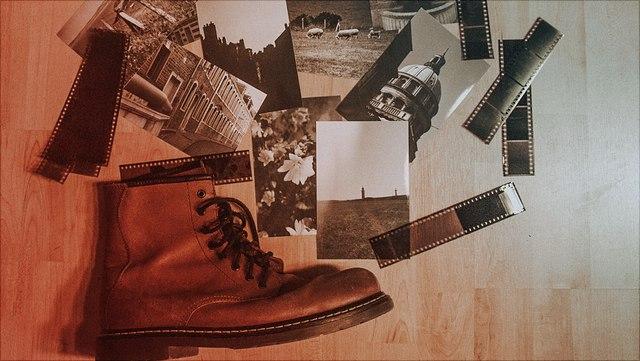 Foto Negative, Bilder und Schuh auf Fußboden