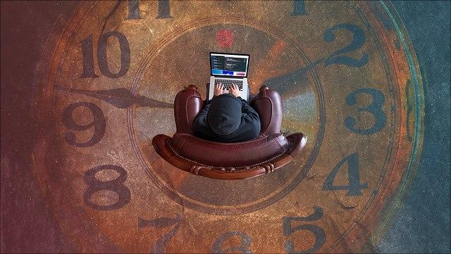Mensch mit Laptop in Sessel