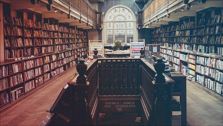 Das Bild zeigt eine Bibliothek.