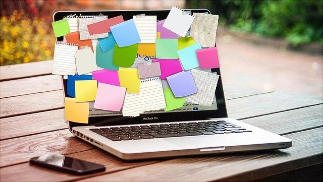 Laptopdisplay mit Zetteln beklebt