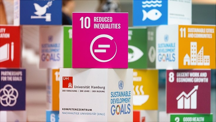 Blöcke mit den Sustanable Development Goals, im Zentrum das Ziel Reduced Inequalities