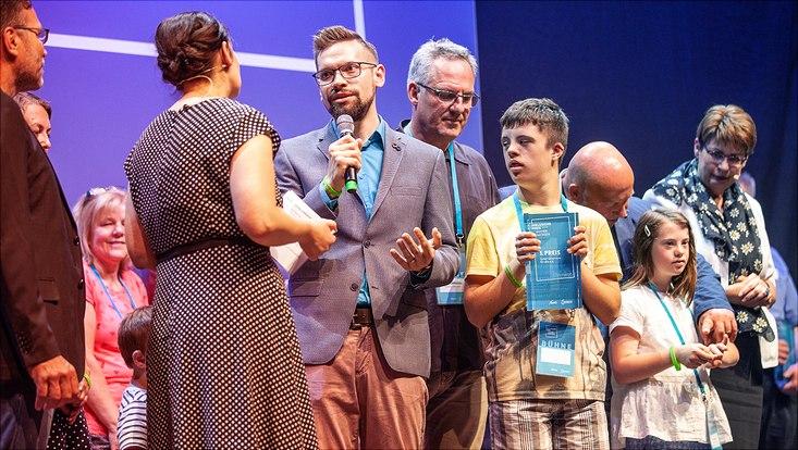 Personen bei der Preisverleihung auf der Bühne.