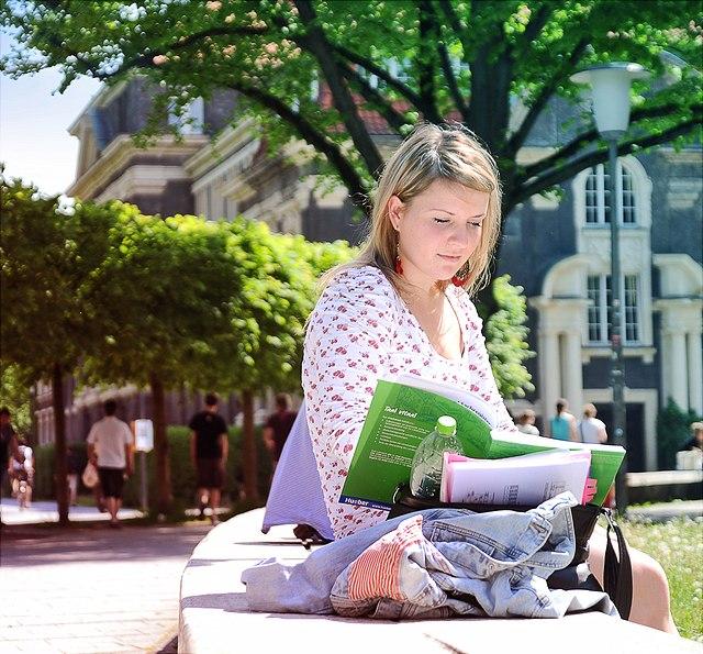 Studentin auf dem Campus