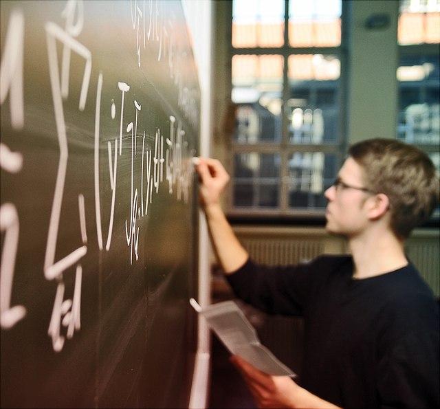 Student an Tafel